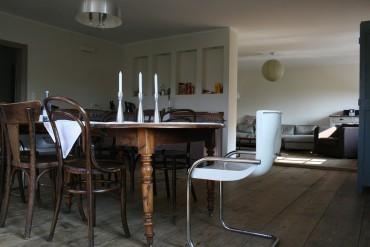 ahsap-yemek-masasi-etrafinda-farkli-sandalyeler