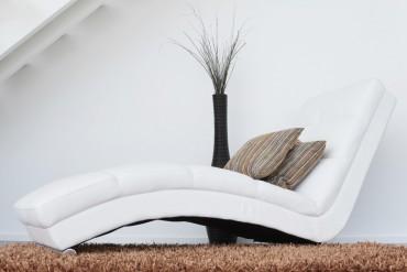 beyaz-dinlenme-koltugu-ile-modern-zamanlar