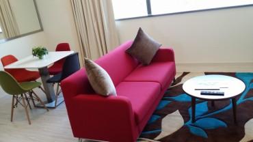 fusya-kanepe-renkli-eamas-sandalyeler-ile-renkli-bir-iskandinav-salon