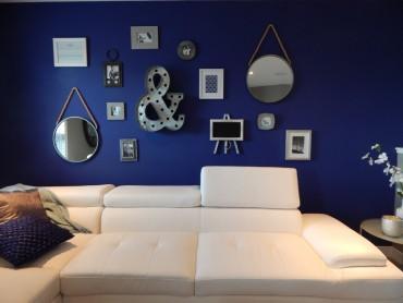 indigo-mavi-duvar-bembeyaz-modern-bir-l-koltuk