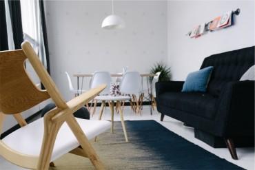 iskandinav-bir-salonda-siyah-kanepe-ve-beyaz-yemek-kosesi