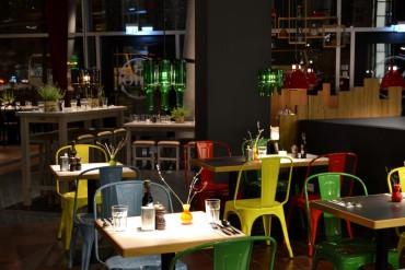 rengarenk-tolix-sandalyeli-bir-kafe