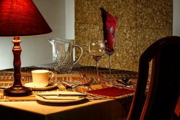 tek-kisilik-romantik-bir-aksam-yemegi-masasi