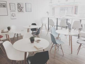 eames-tasarimi-sandalyelerle-dekore-edilmis-bir-kafe