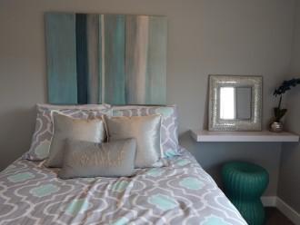gri-ve-su-yesili-ile-dekore-edilmis-yatak-odasi