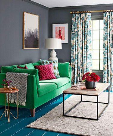 yeşil koltuklu renkli salon dekorasyonu