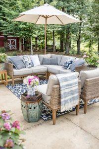 rattan köşe koltuk takımı ile mavi beyaz bahçe dekorasyonu